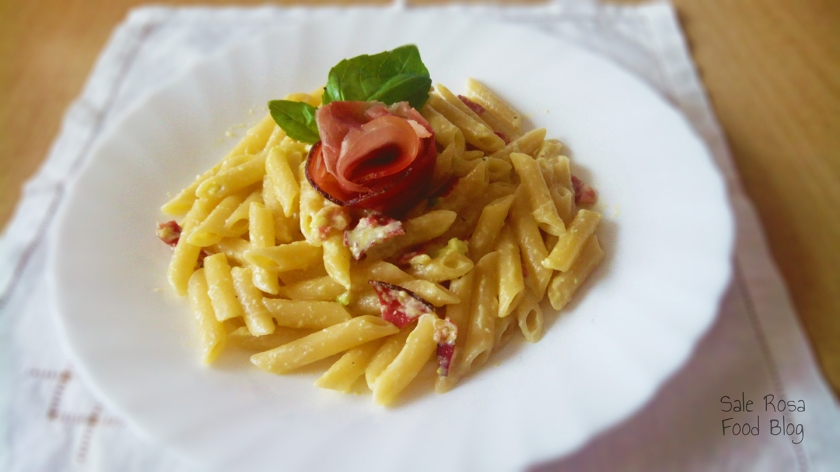 Pasta al pesto di zucchine, speck e philadelphia