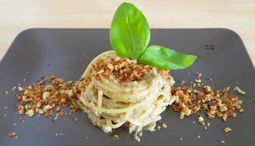 Spaghetti al pesto di melanzana con granella di pane e acciuga