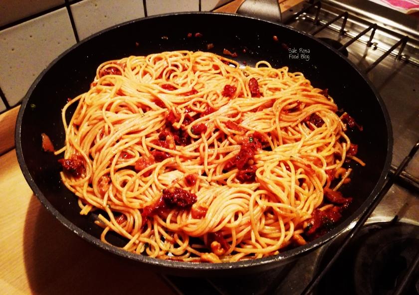 Spaghetti integrali con pomodori secchi, noci e basilico