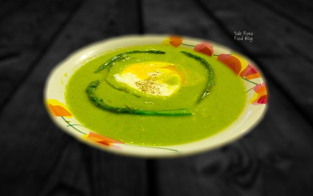 Vellutata di asparagi e uovo in camicia
