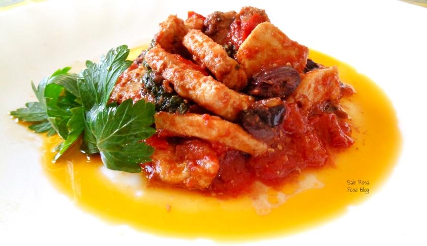 Pesce spada alla siciliana con olive, pomodorini, menta, prezzemolo e vino bianco