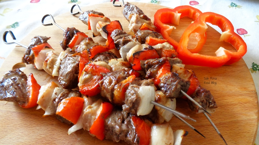 Spiedini di carne e pollo, con cipolla e peperone