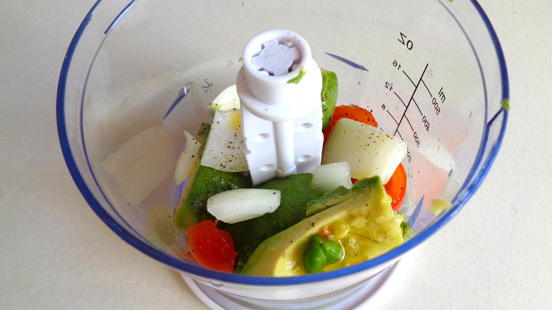 Preparazione guacamole, con avocado, lime, jalapeño, cipolla, pomodorino, sale e pepe