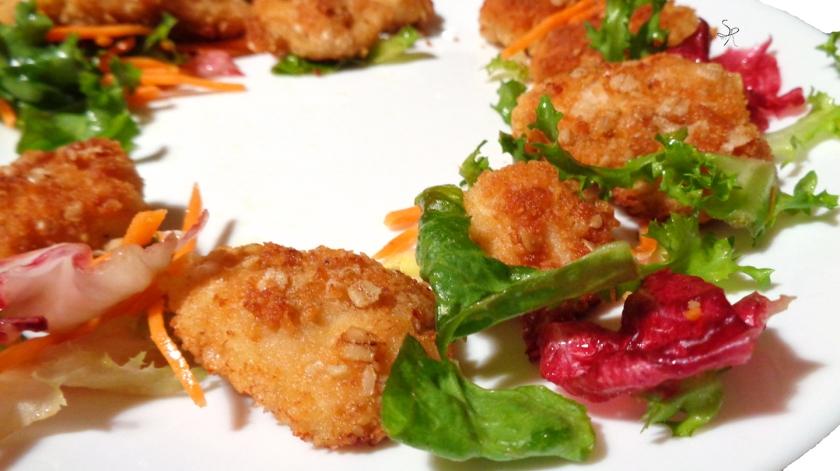 Nuggets di pollo fatti in casa accompagnati da insalata mista