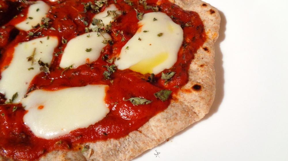 Piadina integrale senza strutto condita come una pizza margherita