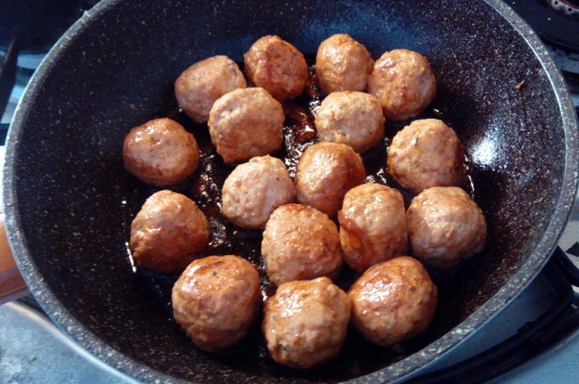 Cottura polpettine con trito di erbe aromatiche, garam masala e salsa di soia