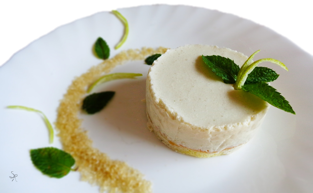 Mojito cake composta da crema di ricotta e panna aromatizzata al rum, zucchero di canna, menta e lime.
