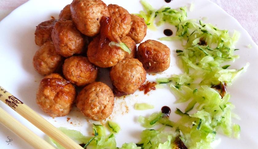 Polpettine con trito di erbe aromatiche, garam masala e salsa di soia, dal profumo orientale
