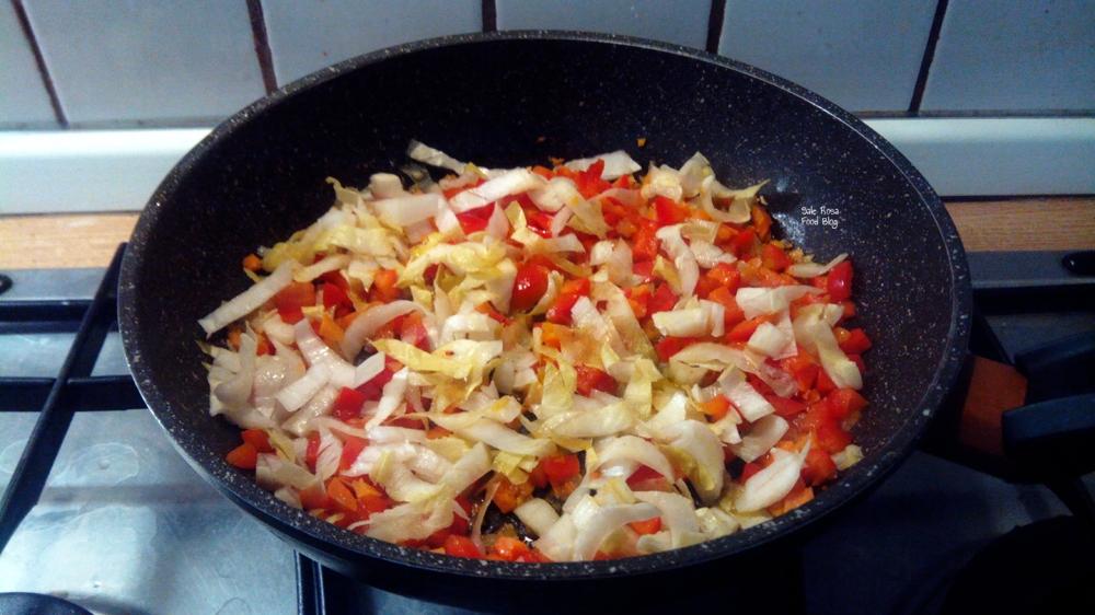 Preparazione delle verdure per il condimento dei vermicelli