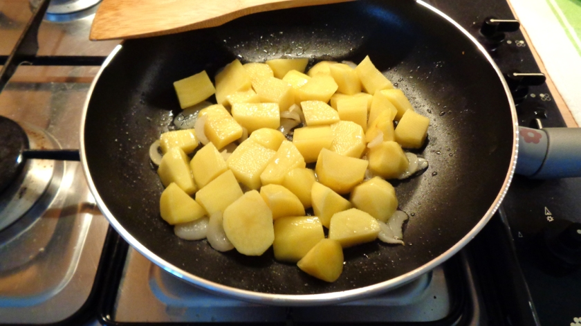 Patate e cipolle in cottura
