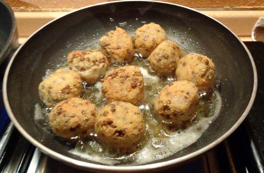 Polpette di lenticchie in fase di frittura