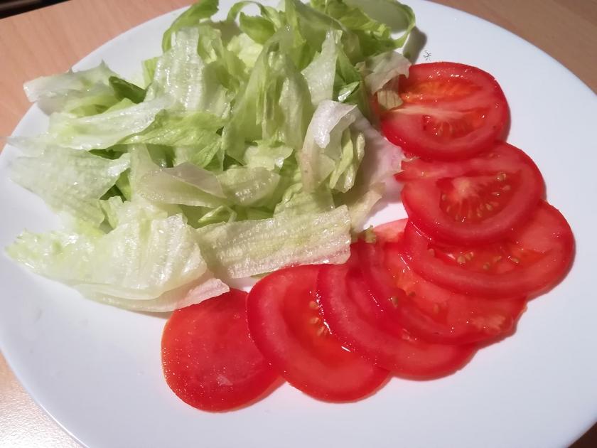 Linea di lattuga iceberg e pomodoro per gli hamburger
