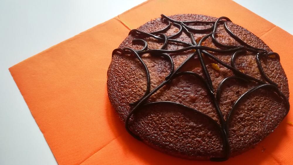 Torta di zucca, senza burro, decorata con la liquirizia a formare una ragnatela per festeggiare Halloween