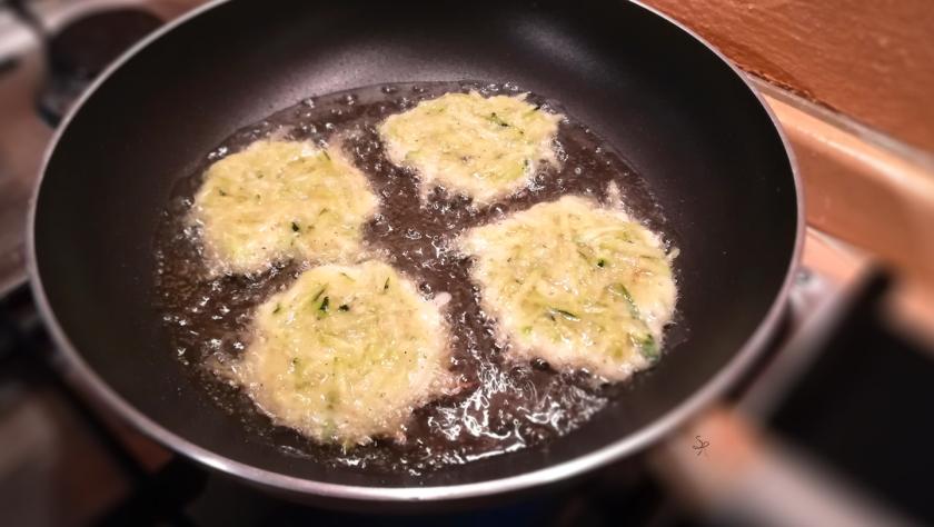 Frittelle di zucchine in cottura