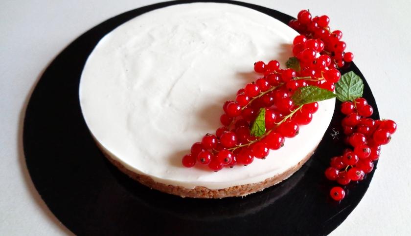 Cheesecake cioccolato bianco, ricotta, panna e ribes con guarnizione di menta