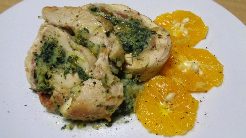 Rotolo di pollo ripieno e insalata di arance