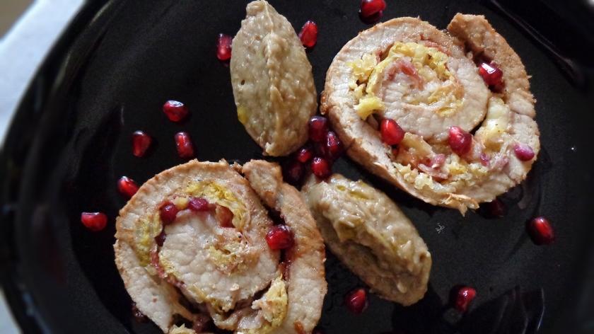 Rotolo di arista al marsala con verza, pancetta e melograno, con quenelle di lenticchie