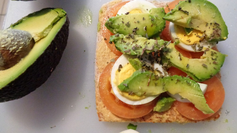 DSC02109Preparazione club sandwich con avocado, pomodoro, uovo, senape, origano e limone