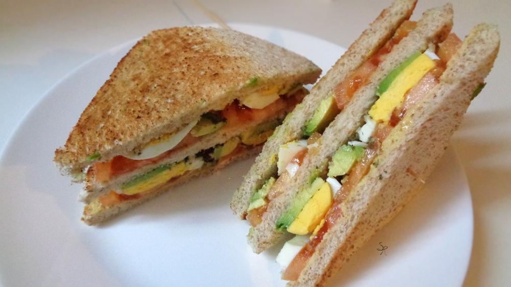 Club sandwich con avocado, pomodoro, uovo, senape, origano e limone