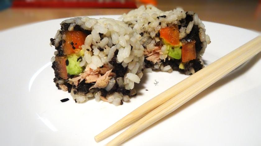 Roll con olive nere, tonno, avocado e pomodoro