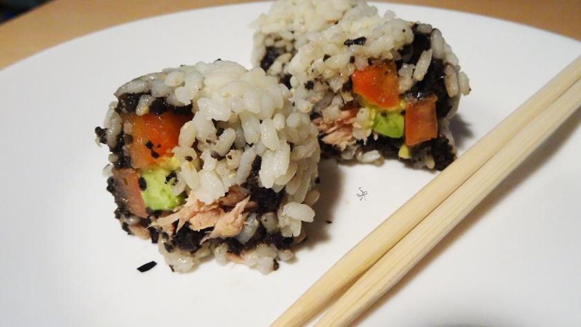 Finto Uramaki: rolls con olive nere, tonno, avocado e pomodoro