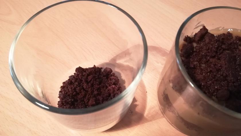 Preparazione del dolce per la festa del papà: crema pasticcera al caffè e base biscotto