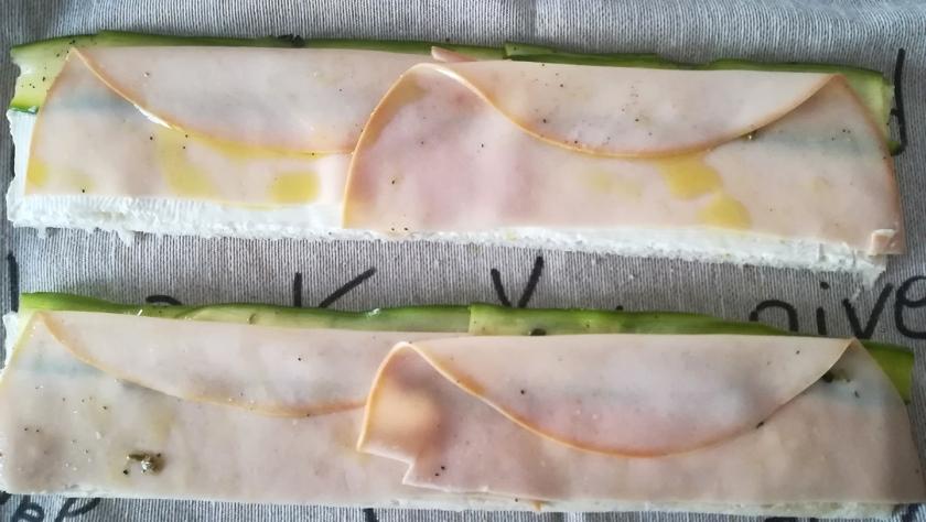 Preparazione delle rose di pane con carpaccio di zucchine e fesa di tacchino