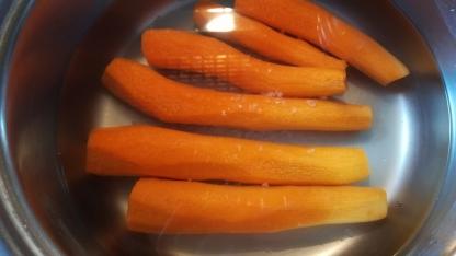 Preparazione carote per flan