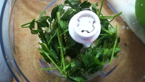 Preparazione pesto di zucchina e prezzemolo