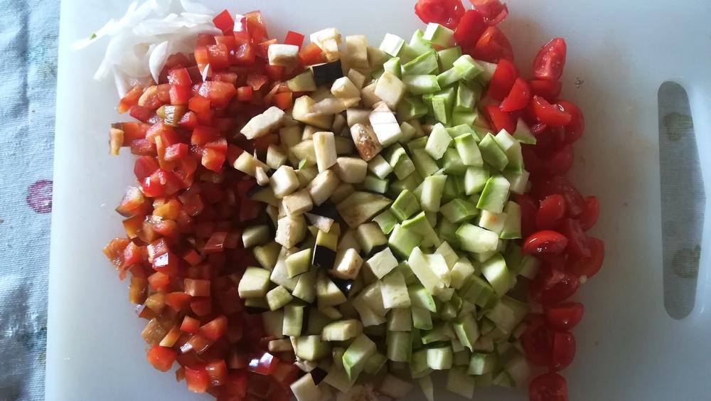 Verdure dadolate: cipolla, peperone, melanzana, zucchina e pomodorini