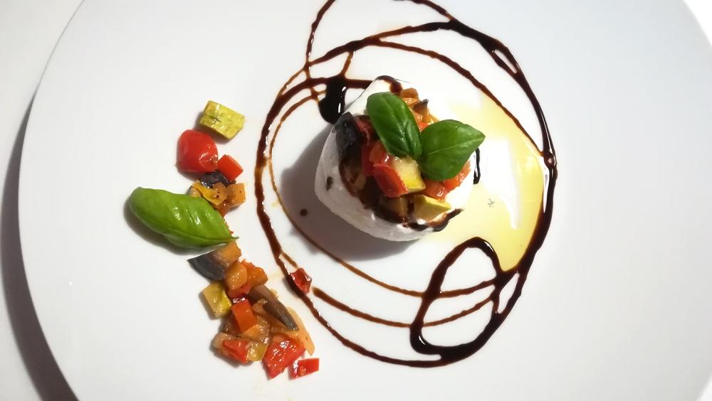 Scrigno di mozzarella e verdure spadellate, guarnito con olio, basilico e glassa di aceto