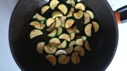 Preparazione zucchine arrostite per la crema del risotto