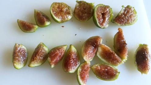 Preparazione fichi caramellati al profumo di cannella e limone