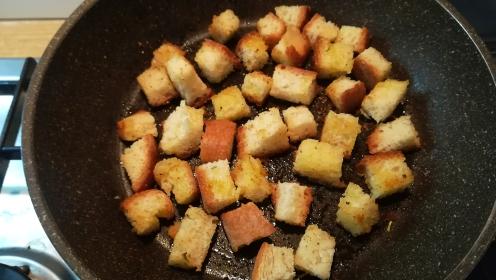 Preparazione crostini per la Caesar salad