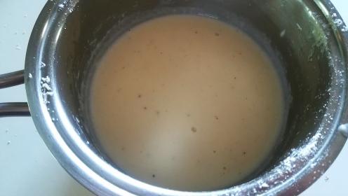 Preparazione fonduta di parmigiano