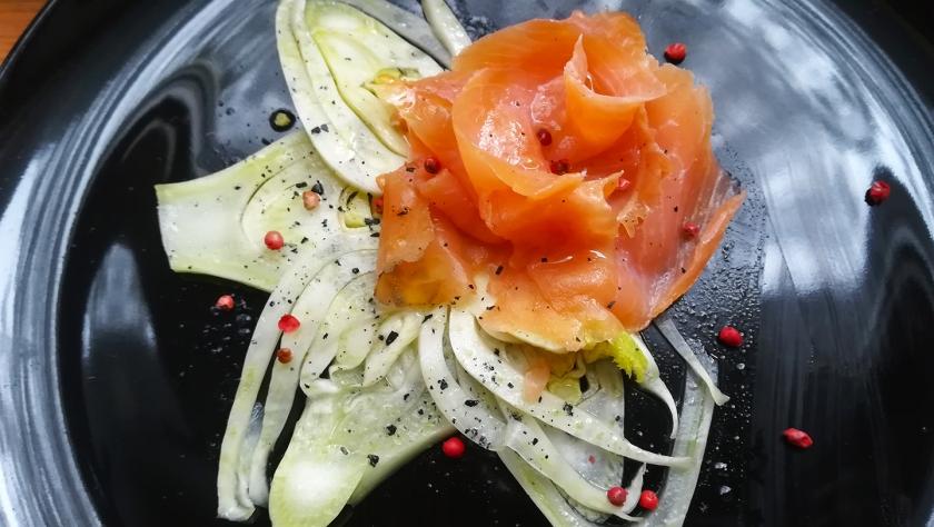 Carpaccio di finocchio con salmone affumicato e pepe rosa