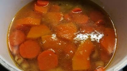 Preparazione crema di zucca, carote e castagne
