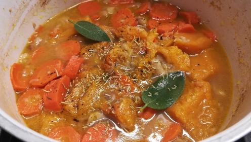 Preparazione crema di zucca, carote e castagne al profumo di salvia e rosmarino