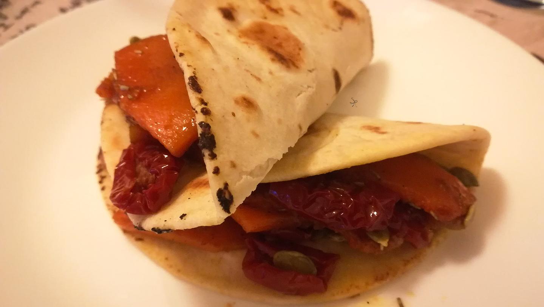 Veggie piada shell con zucca e pomodori secchi in agrodolce e semi di zucca