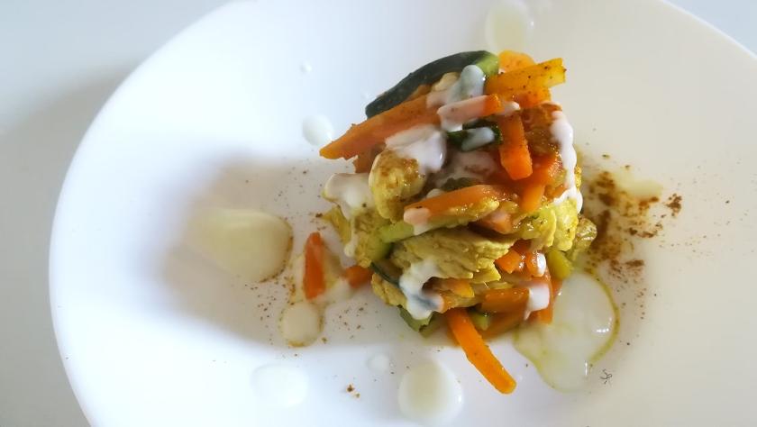 Straccetti di tacchino con verdure al curry e gocce di yogurt magro