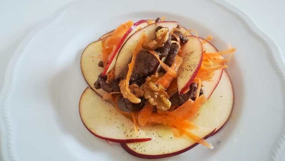 Insalata gourmet con straccetti di manzo in agrodolce, carote, noci e red delicious