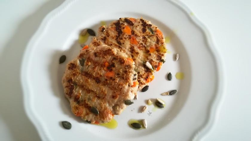 Burger di pollo con carote e semi
