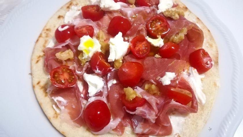 Piada pizza con prosciutto crudo, stracchino, pomodorini e noci