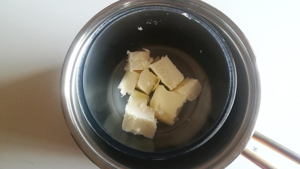 Preparazione burro a bagnomaria per il salame di cioccolato