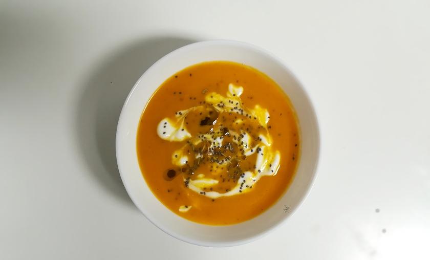 Crema speziata di carote con semi di chia e yogurt magro