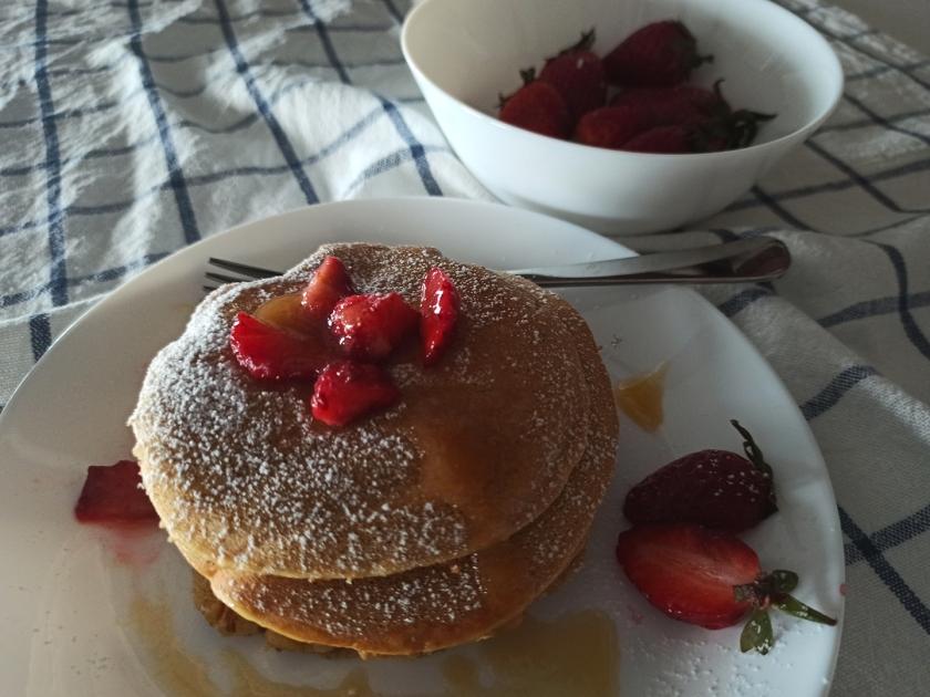 Pancake alla cannella senza lattosio, con miele e fragole