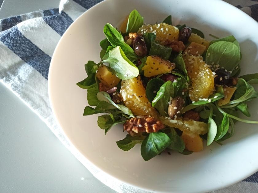 Insalata di arance, mango, olive taggiasche, valeriana, semi di sesamo e chia, noci