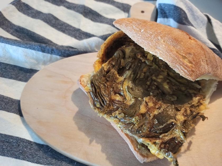 Panino con la frittata di carciofi e scalogno