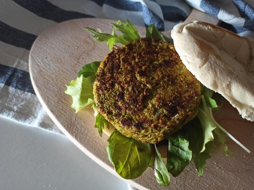 Burger di broccoli, con olive e semi di chia