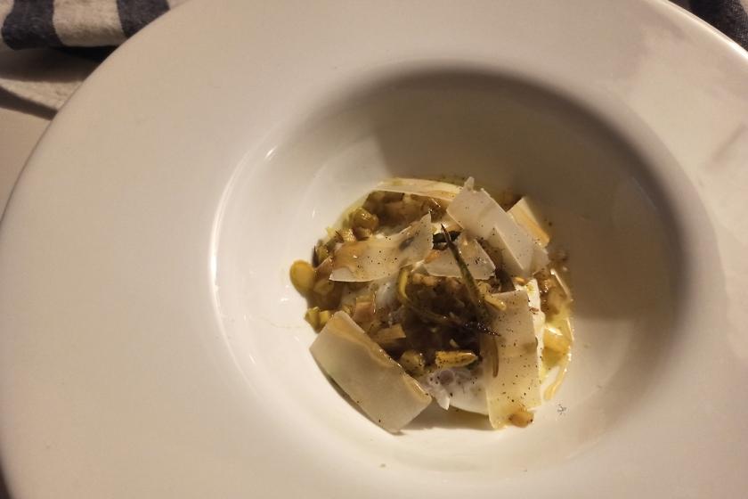 Uovo pochè con asparagi croccanti al burro e scaglie di grana e miele